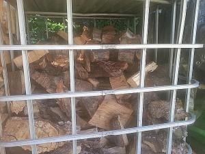 Brennholz lagern in der Gitterbox